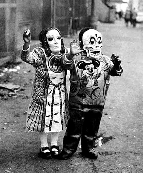 creepy-vintage-halloween-costumes9