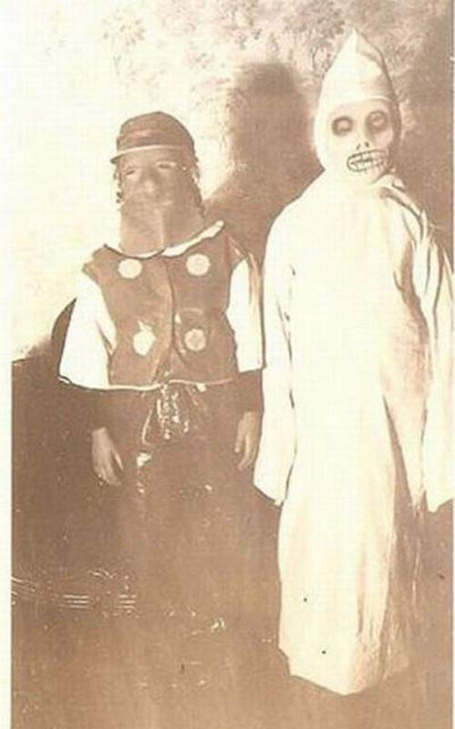 Simple-but-Scary-Vintage-Halloween-Costumes-14