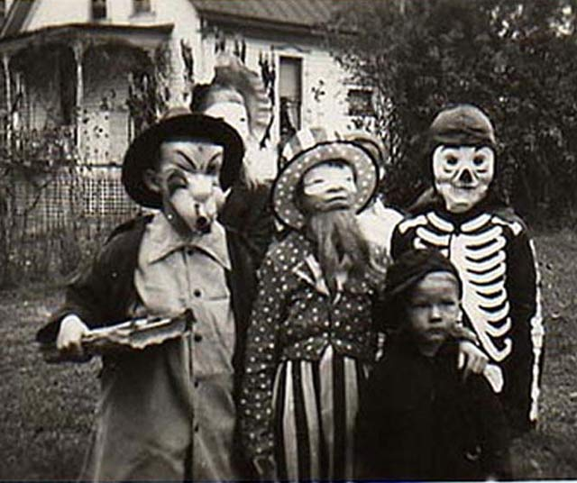 35 creepy cool vintage halloween costumes damn straight. Black Bedroom Furniture Sets. Home Design Ideas